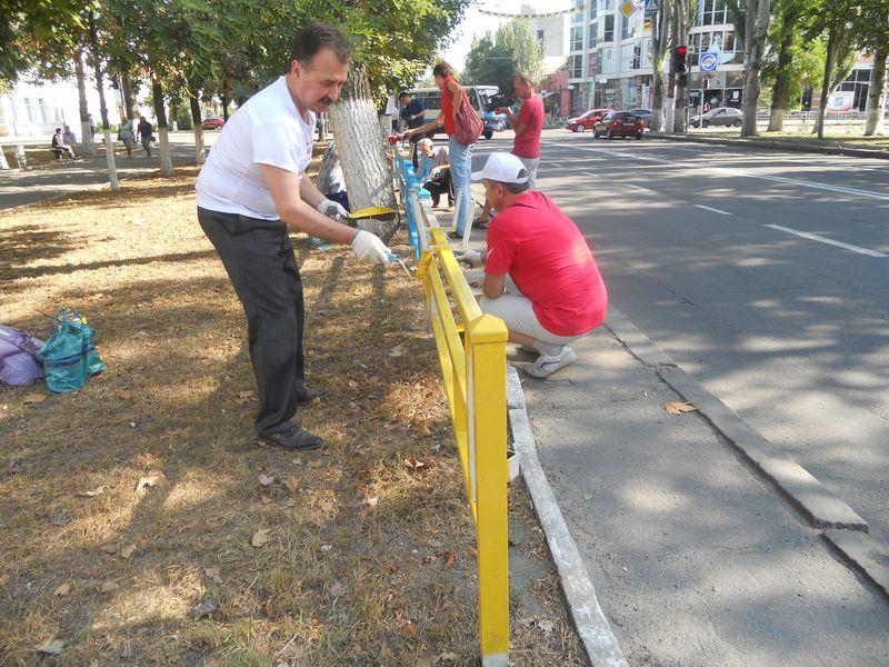 Сегодня мэр Херсона красил забор в центре города