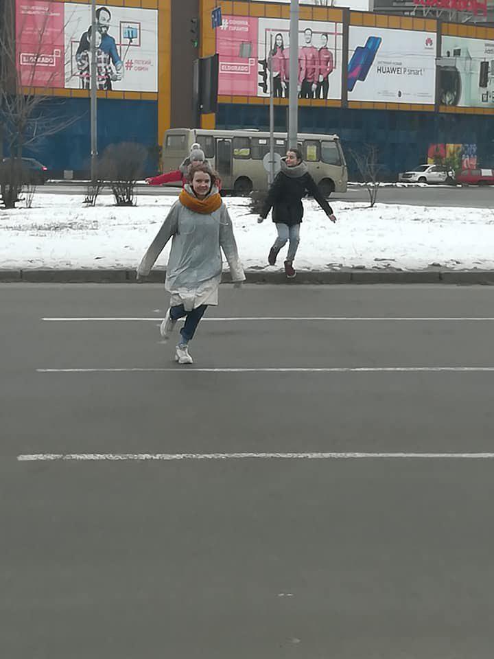 """""""Суть в тому, щоб перебігти дорогу і не померти"""": столичних школярів захопила небезпечна забава"""
