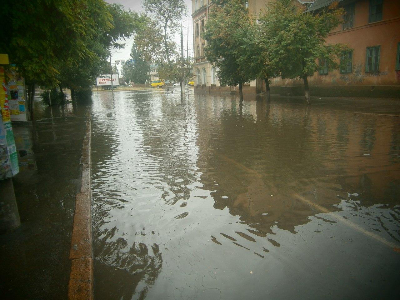 Сильный ливень затопил улицы в Херсоне. (Фото)