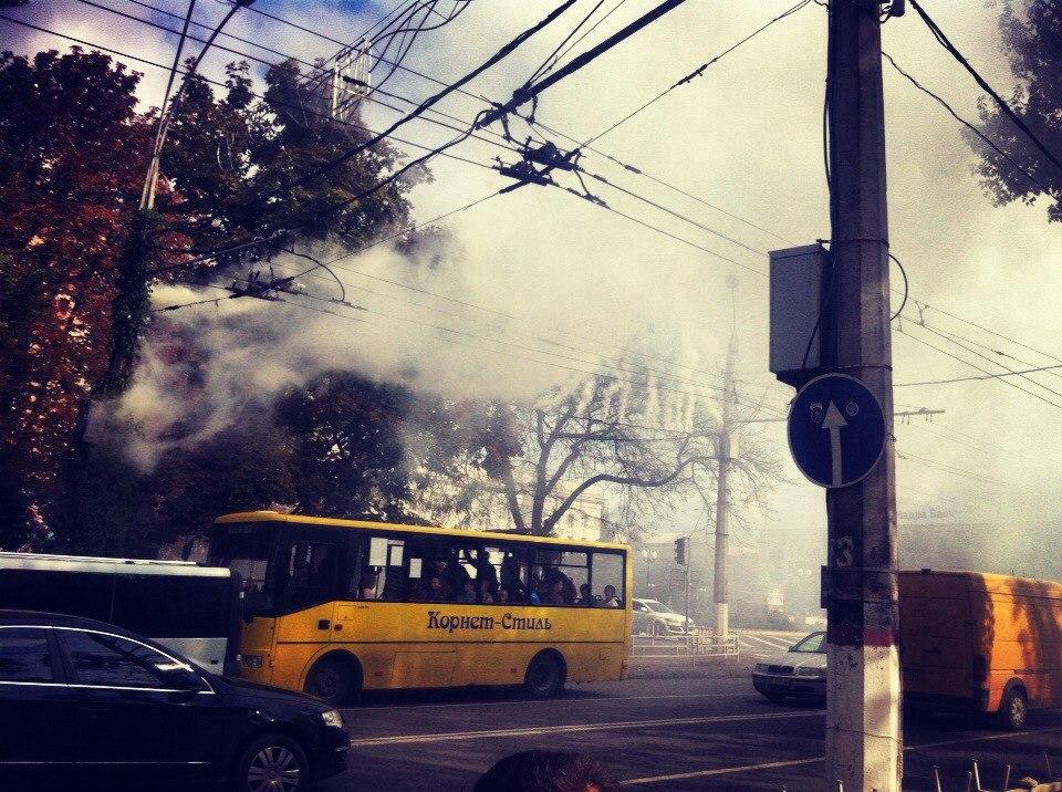 В Херсоне на Ушакова горели троллейбусные провода. (Фото)