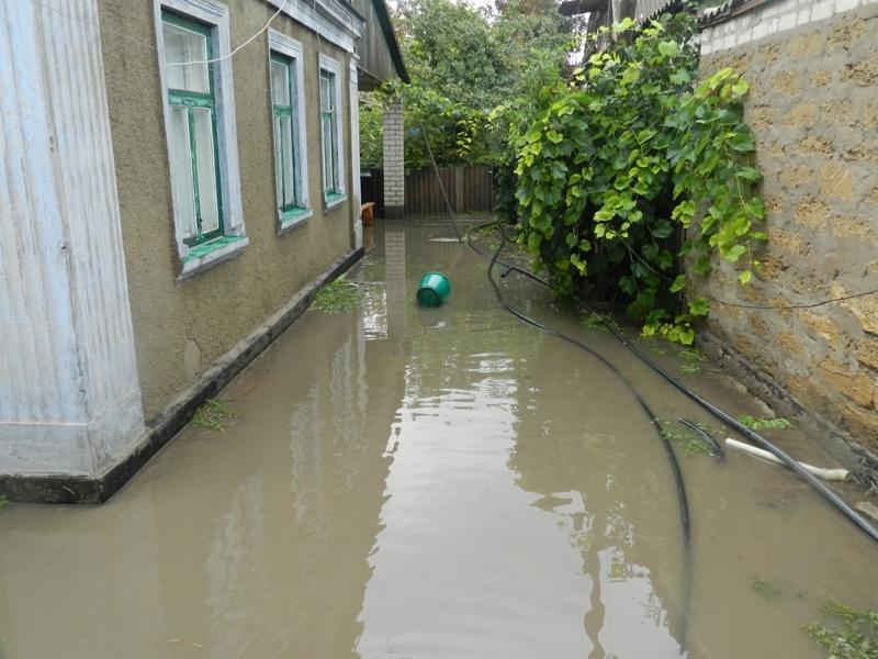 Этой ночью из-за сильного ливня в Херсоне затопило 2 частных двора
