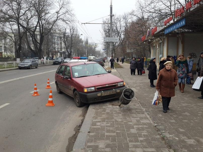 В Херсоне автомобиль вылетел на остановку. (Фото)