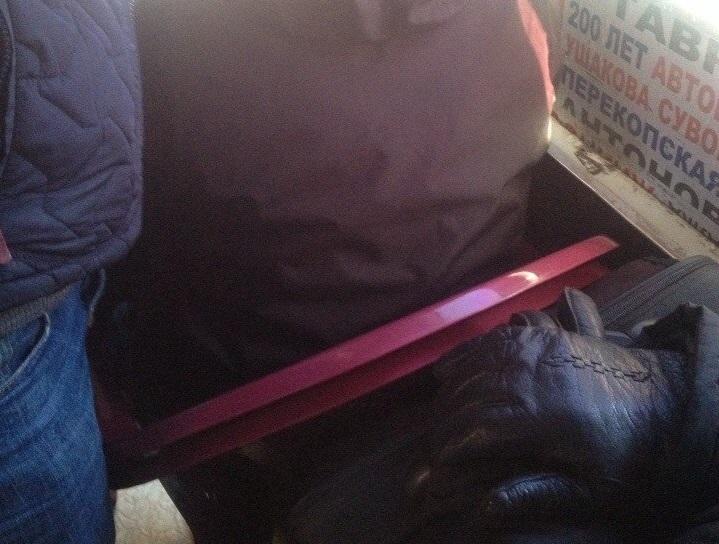 В херсонских маршрутках пассажиры вынуждены ездить на пластиковых сиденьях. (Фото)