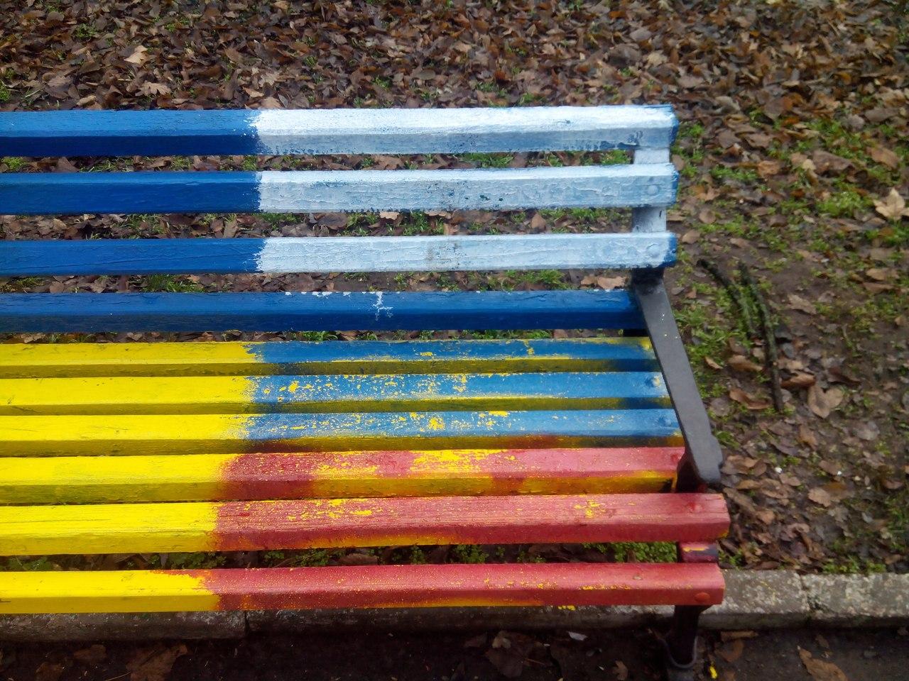 В Херсоне неизвестные испортили желто-голубые скамейки. (Фотофакт)