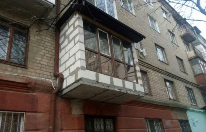 В херсоне из-за возведенных с нарушениями балконов дом трещи.