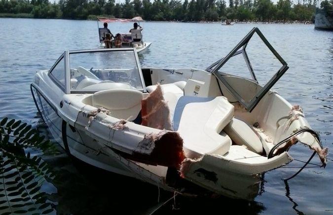 врезался на моторной лодке